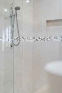 Single shower rail with a spacious niche